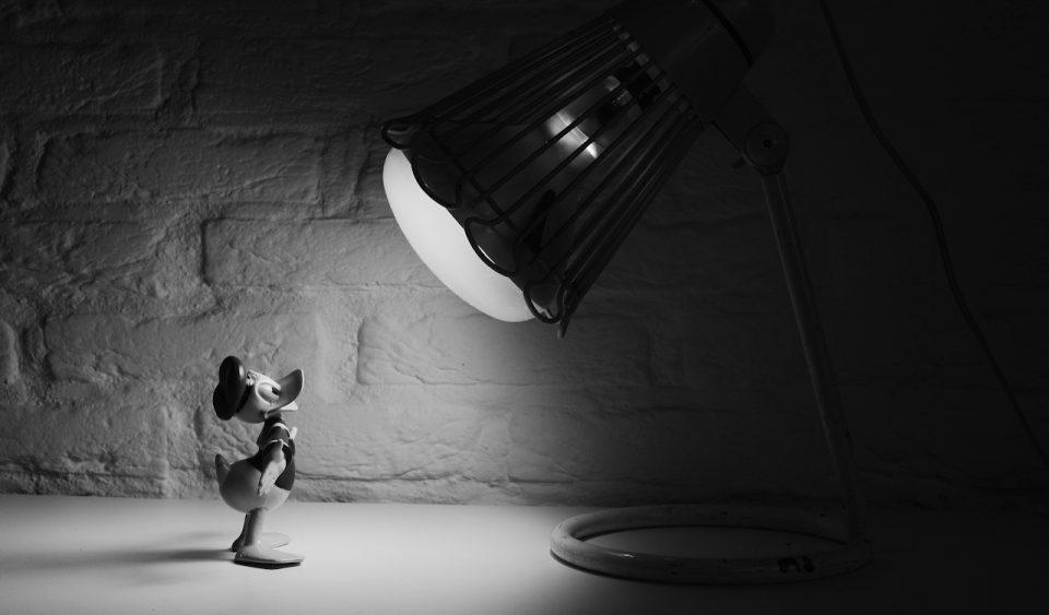 Donald Duck under a lamp
